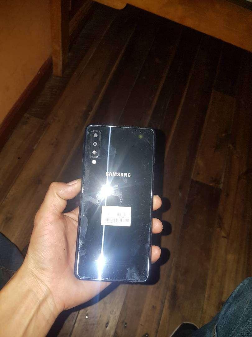 Vendo  Samsung A7 2018 trisado en una esquina pero no afecta en nada 0