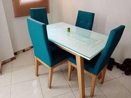 Comedor 4 puestos con vidrio decorado.