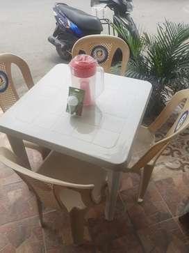 Vendo meza plastica con sillas