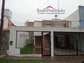 BASALO PROPIEDADES < VENDE > Impecable casa, Grand Bourg  Ubicada sobre calle Gervasio Posadas