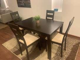 Comedor rectangular + 4 sillas. Color café. Excelente estado