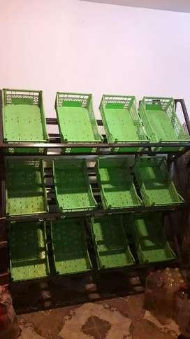 Vendo exibidor de verduleria o multiuso con 12 canastos plasticos, en total hay 3 exibidores el precio es de $7000 c/uno