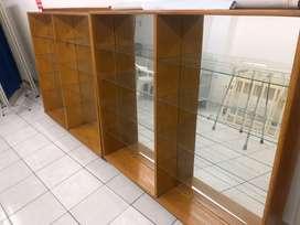 Mostrador y vitrinas de madera