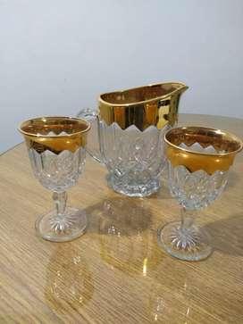 Vendo jarra y 2 copas de cristal y oro para vino