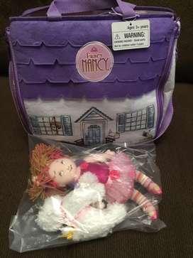 Hermosa muñeca con maleta-casa