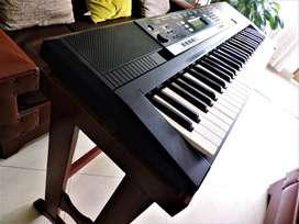 Teclado Yamaha PSR E243 + Base madera
