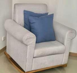 Mecedora en excelente estado y dos sillas blancas auxiliares