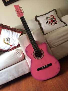 Guitarra acustica rosada con estrellas moradas