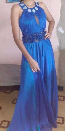 Vestido largo elegante color azul rey ...con hermosos adornos