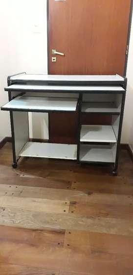 Mesa de Computación con 3 estantes a la derecha