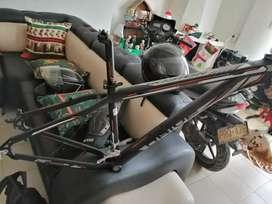 Se vende marco de bicicleta con caña y descarrilador