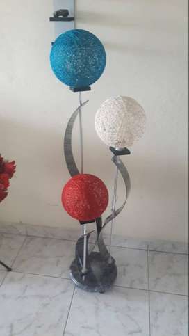 lampara de pie hechas con madera y bolas de fique