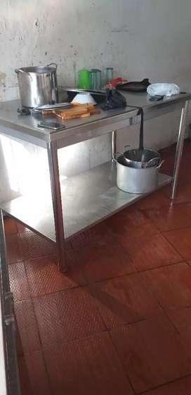Estufas industriales de dos y cuatro fogones en acero, y mesa