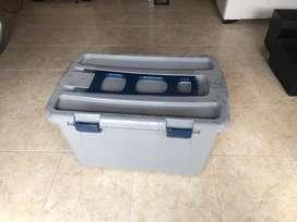 Caja de plastico de un buen tamaño