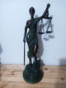 Dama de la justicia antigua en bronce