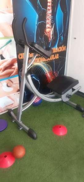 Máquina de sentadilla con barra y máquina para abdomen.