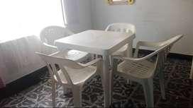 Vendo mesa rimax. Blanca con cuatro sillas blancas llevan un año de uso