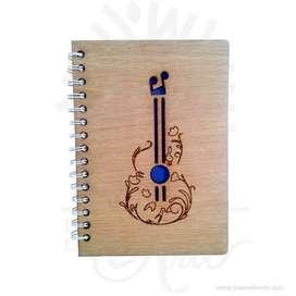 """Cuaderno """"Guitarra"""" en madera para personalizar - Precio COP"""