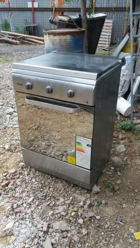 Cocina electrica de inducción 4 hornillas com horno funcional 1 año de uso
