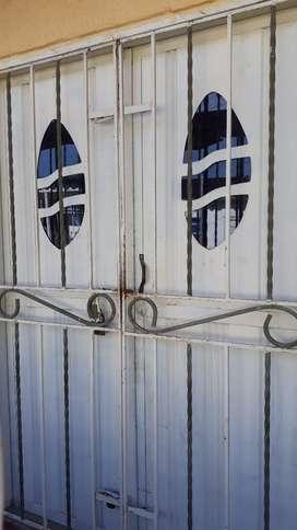 Puerta de Hierro con Reja Protectora