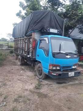 Un camión  color celeste un camión