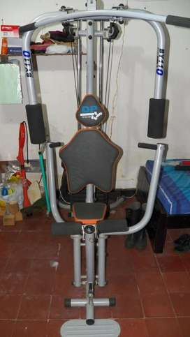 Gimnasio multiestación con poleas y peso de 110 kgs
