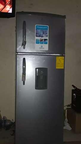 Vendo refrigeradora 3 meses de uso 12 pies con dispensador de agua no fros esta nueva