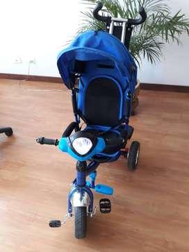 tipo triciclo, simula una moto sonido y direccionales