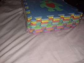 Vendo alfombra goma eva encastrable 30 × 30. Trae 10 piezas.