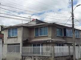 Vendo de oportunidad casa esquinera  de 2 departamentos ubicada en  sector estrategico de Tulcán