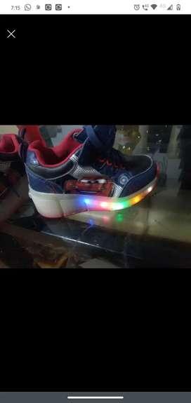 Zapatos casi nuevos de luces y patin