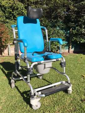 Silla de ruedas para uso sanitario