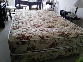 Sommier y colchón de resortes de 2 plazas tapizados en tela. Marca Motivación. 1,40 x 1,90 y 18 cms de alto. Usado