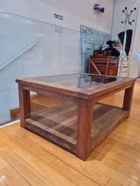 Mesita ratona de madera y vidrio
