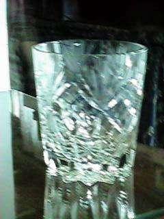 Antigua hielera sola, hay copas todas de cristal toda tallada gruesa categoría y decoraciòn