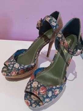 Sandalias altas de tela estampada