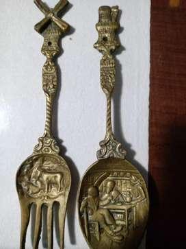 Cuchara y tenedor antiguos de bronce