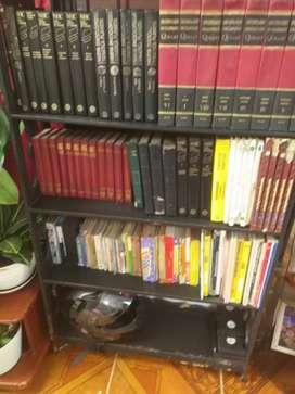 Biblioteca con enciclopedia