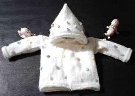 Saco para bebe con capucha.tejido artesanal