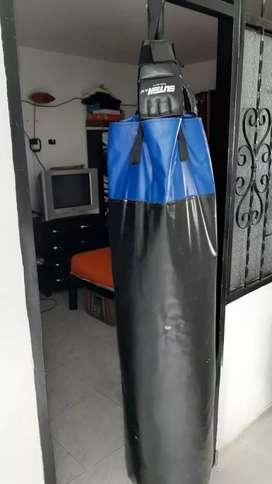 Saco de boxeo con guantes estado 10/10