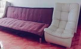 Sofa cama hermoso y sillón solitario