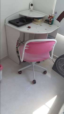 vendo escritorio esquinero como  nuevo solo 3 meses de uso mas silla