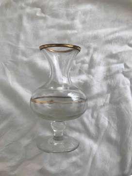 Florera de cristal con detalles en color oro