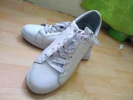 Vendo zapatos blancos hermosos marca bata