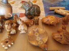 Silbatos artesanales variados.