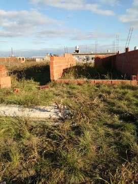 Vendo terreno con edificación en malvinas