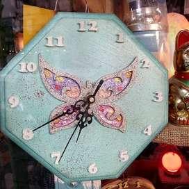 Reloj artesanal en madera hexagonal con insertos