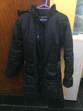 campera larga color negro talle XL capucha desmontable