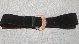 Cinturón de gamuza negro con hebilla. Impecable!!!