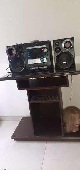 Un equipo de sonido marca Samsung y una mesa